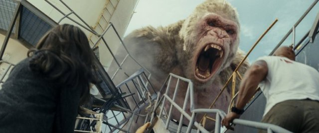 george gigante urra em topo de escada