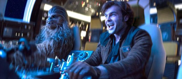 Han e Chewie pilotam a Millenium Falcon