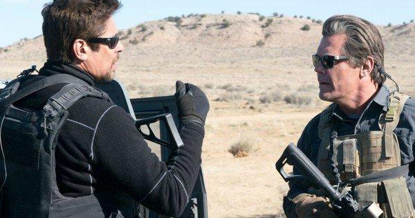 Alejandro e Matt discutem no deserto