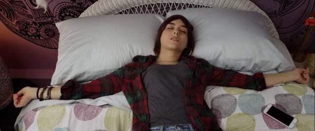 quinn shepard deitada em cama