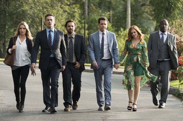 grupo de protagonistas caminha para a câmera
