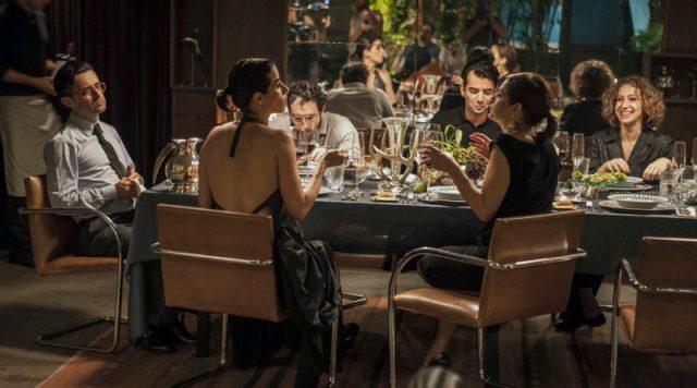 convidados na mesa