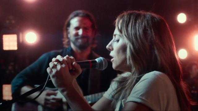 Gaga canta e Cooper observa